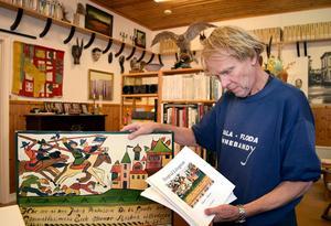 Ulf Engström med en kurbits av Henfrid Lövgren, en kurbits som kan komma att bli bokomslag.