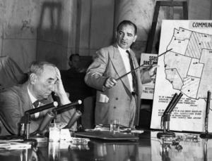 Den amerikanske senatorn Joseph McCarthy inledde 1950 en lång hetskampanj mot påstådda kommunister i USA. McCarthy, republikan från Wisconsin, anklagade regeringen för att vara kommunistinfiltrerad. 1953 blev han ordförande i senatens permanenta undersökningsutskott och fick därmed både publik, medel och officiell status för att inleda en allmän hetskampanj mot kommunismen.  Bilden är från 1954 Foto: UPI Kod: 450/9909  COPYRIGHT PRESSENS  BILD