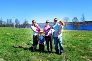 Nu hoppas barnfamiljerna som bor på Skönviksstrand att kommunen ska lyssna på deras förslag om en lekplats på grönområdet. Från vänster: Elin Martinsson med barnen Othilia och Theodor, Karin och Scott Gordon med barnen Astrid och Tor.