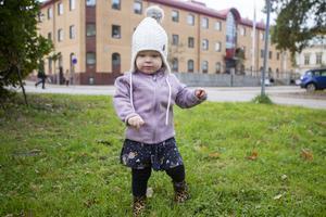 Magda har spring i benen, men håller höger arm nära kroppen.