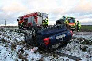Bilen voltade på den glashala vägen. Föraren misstänks för rattfylleri. Bild: Thorbjörn Wåhlin.
