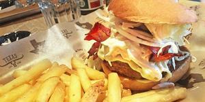 Saftig är köttpucken, pommesen duger. Foto: Lunchkollen