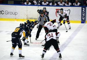 Borlänges superkedja inför en tekning i träningsmatchen mot Lettland.