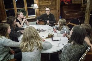 Att skriva musik i grupp innebär en del kompromisser, men sådana gånger kan man spara sina egna idéer och göra en egen låt senare, tipsar Emma Svensson.