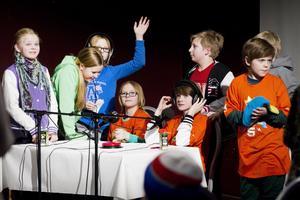 Klasskamraterna från Seglet 5A på Ludvigsbergsskolan peppade sitt lag bestående av Shira Bleckert och Kasper Boström innan tävlingsstart.