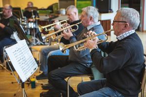 Göte Andersson, Ove Skoglund och resten av musikkåren under en repetition inför konserten. En repetition som gick väldigt bra och där trumpetarna också berömmer den inlånade dirigenten Bertil Fält. Foto. Mattias Boström.