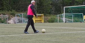 Conny Larsson går och spelar fotboll.