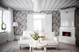 Möblerna väntar på en vit linneklädsel.