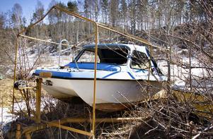Det står två båtar på baksidan, som måste fraktas bort.