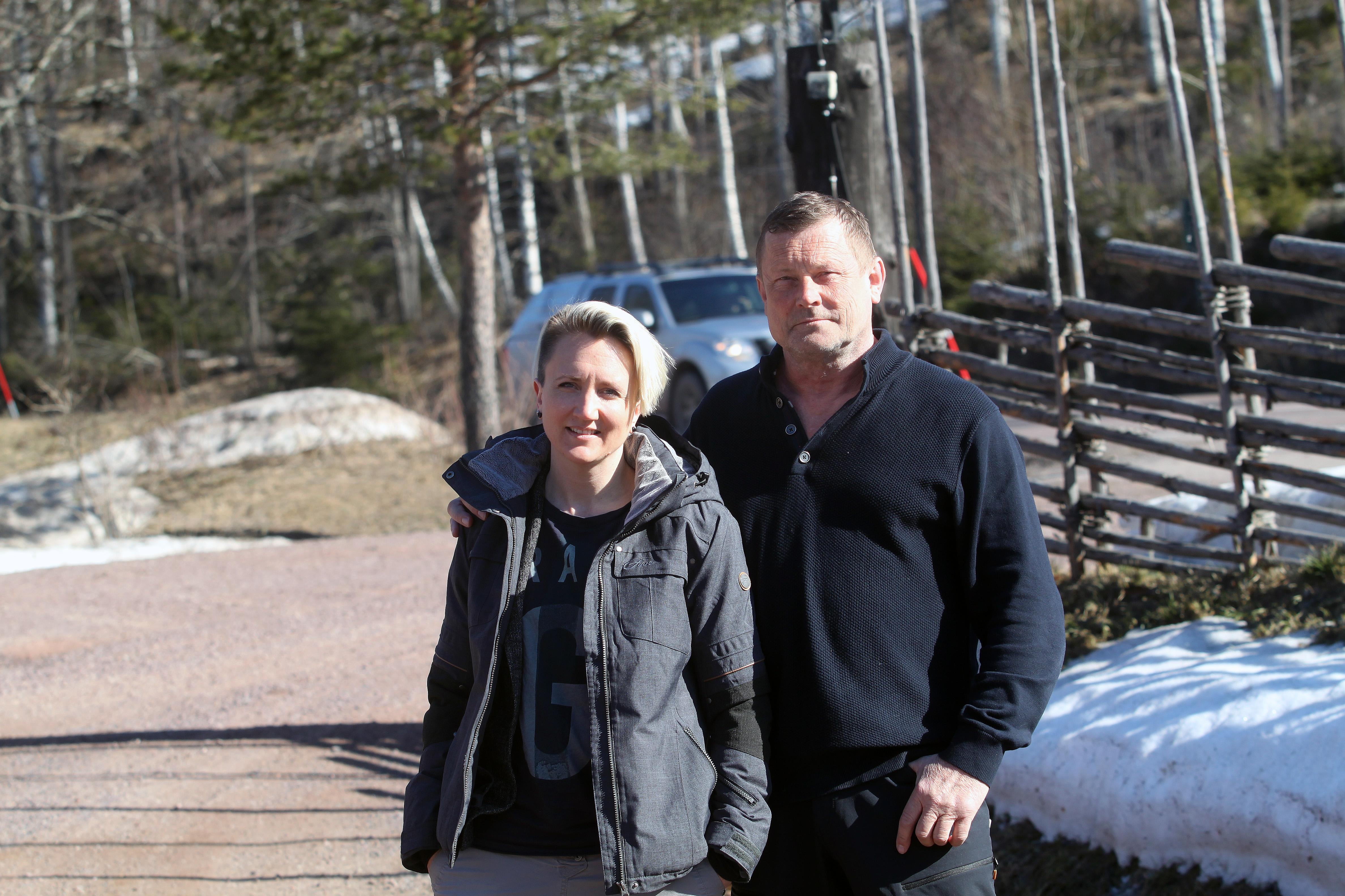 Föräldrarna Catrin Grönvall och Thomas Sköld anser att skolans beslut diskriminerar mot barn med funktionsnedsättning.