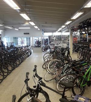 Den omkullvälta raden med cyklar vittnar om hur tjuvarna med visst besvär burit och släpat el-cyklarna genom hela butiken och ut till den stulna skåpbilen.