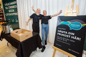 Gymnasieeleverna Vera Eriksson och Engla Törnblom delade ut gratis frukost till kunder som shoppat över 500 kronor på Vågen. Smörgåsarna tog slut.