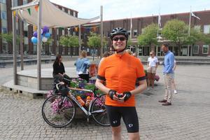 Mikael Gustafsson, innan han cyklade iväg från Stadshusplatsen i Nynäshamn förra året.