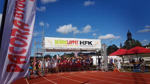 Påhejade av Hedemora Cheerleaders startade drygt 500 löpare under lördagens skördelopp.Foto: Anna Stille