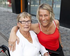 Lisa Jonsson från Gävle stör sig på allt skräp i naturen. Här med mamma Asta.