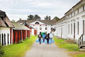 Flyktingar anländer till Gysinge.