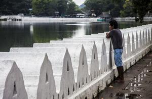 Sjön är Kandys centralpunkt och som gjord för stillsamma promenader.
