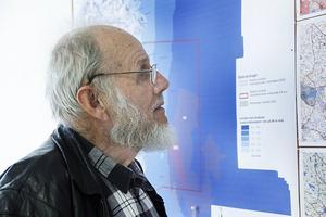 Fram till den 17 juni går det att studera översiktsplanen för vindkraft på biblioteket. Claes Wulf från Mo passade på att titta på utställningen.