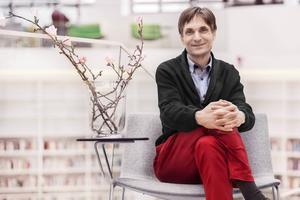 Herbert Jonsson, har skrivit flera avhandlingar om det japanska versmåttet och är universitetslektor i japanska vid Högskolan Dalarna.