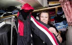 I Rose-Maries källare förvaras kläderna innan de delas ut till behövande. Foto: Carl Lindblad/DT