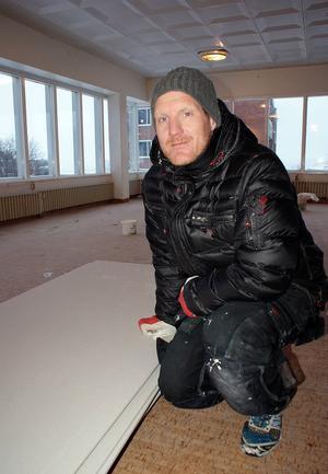 Vännen Robban Persson hjälper till med bygget under en veckas tid.