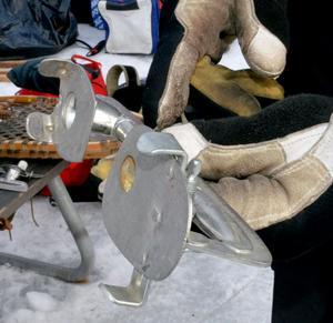 Det här halvröret använde Lars Melén för att åka skridskor när han var åtta år. Då spände han fast kängan eller pjäxan med hjälp av skruvar på undersidan. Numera har han mer moderna grejer när han skrinnar fram på isen.