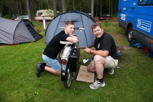 Jonatan Andersson och Göran Andersson från Karlstad hade med sig tre mopeder till Mellsta.