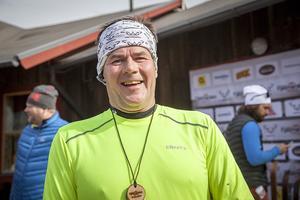 – Det är mycket trevligt folk i banan och fantastiskt kul. Det värsta är passet upp till Hovden. Man får vara smart för det är segt. Kent Thunell sprang 11 kilometer. Det var hans andra Fjällmaraton i Vemdalen.