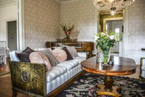 Gammelrosa och nougatfärgade sammetskuddar ger en avslappnat elegant touch till soffan.