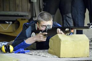 Koncentrerad. Johan Karlssons testar på skyttet, som Korpen i går arrangerade i Ormhult.