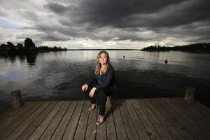 Malin Persson Giolito är på besök hemma i Sverige under sommaren, då hon bor hemma hos sin mamma i Djursholm. Det är också i det området som hennes roman