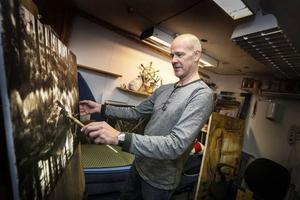 När Pelle Angvert gick in i väggen för tio år sedan blev måleri ett sätt att komma tillbaka. I dag är han en etablerad konstnär i Östersund vid sidan av sitt reklamarbete.