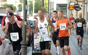Nummer 62 Andreas Hansson Duveds IF i rygg på Pessi Liukkonen, IF Strategen.