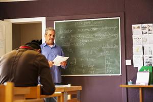 Adnan Al Rajab flydde från krigets Syrien för ett år sedan. Han väntar fortfarande på besked om uppehållstillstånd. Språkskolan i Järvsö är ett sätt att få tiden att gå. I Syrien arbetade han som universitetslärare och här brukar han hjälpa Lennart och Kerstin Djeerf med undervisningen.