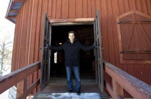 Aseem Svedberg slår upp portarna till det som blir målet i barnäventyret, Movikens masugn.