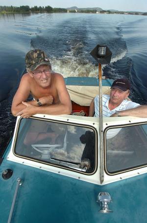 Krister Modd och Lars Engelbrektsson tar gärna en tur med båten ut till Risön.– Det är härligt det här sjölivet, säger Krister Modin.