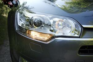 Dagsljusbelysningen sitter under huvudstrålkastaren som tänds automatiskt när det blir mörkt eller när man kör in i en tunnel.