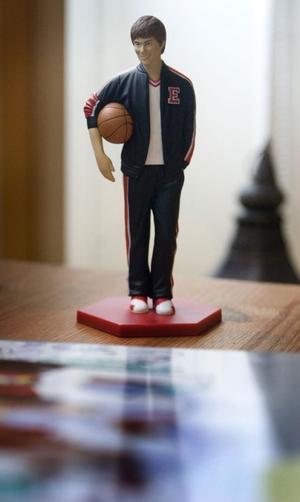 Herman har fått en plastfigur som föreställer basketstjärnan Troy.
