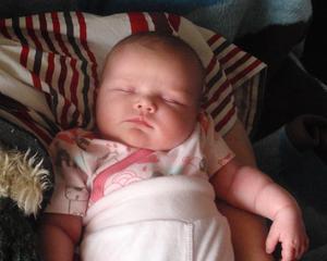 Alva - 3 veckor - sover gott på farmors arm.