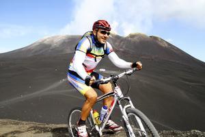 På Etna cyklar ett gäng norditalienska killar runt för att träna konditionen och få en annorlunda upplevelse.