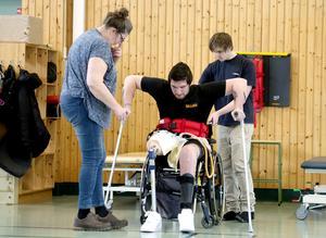 William  får hjälp av mamma Tina och kusinen Marcus under träningspasset.