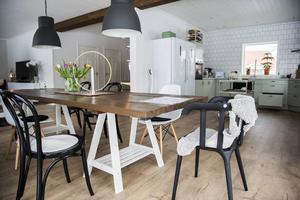 Köket är familjen extra nöjd med och den lindblomsgröna valde de på plats på fabriken i Bollnäs.