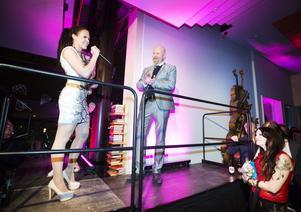 Årets Nykomling som delades ut av Arbetarbladets chefredaktör Daniel Nordström och gick till Amanda Warren.