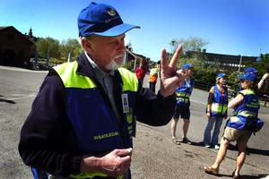 Läget under kontroll. Kent-Ove Strömstedt inspekterar informationstältet som ställts upp vid Fisktorget för att informera allmänheten om översvämningen.