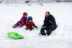 Riktigt fin is, tycker Jimmy Westerberg som vilar sig efter en åktur med döttrarna Emma, 7 och Ellen, 4.