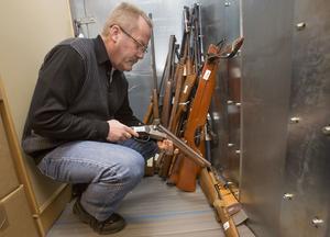 Ett avsågat hagelgevär och lutat mot väggen även ett armborst, var några av alla vapen som lämnades till polisen i Malmö under  vapenamnestin 2013.