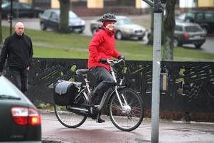 SUSAR FRAM. Reportrarna på plats fick pröva ta en sväng över Kungsbron med elcykeln. Här susar Arbetarbladets reporter Marika Johansson fram. För dem som vill ersätta bilen är detta ett bra alternativ. Men akta er för köbildning, hela Gävle ska till en början dela på en cykel.