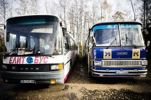 Båda bussarna bogserades bort i måndags.
