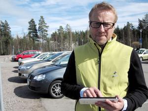 Intervjuade. Mikael Nyman, projektledare för inflyttning på Gävle kommun, intervjuade i går förbipasserande resenärer vid Gävle bro. Syftet är att få en bild av hur attraktivt Gävle är att besöka och i förlängningen flytta till.