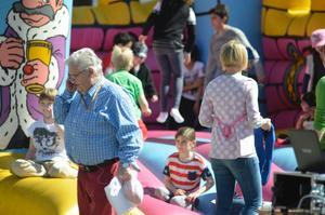 Dan-Åke Moberg minglade med barn och vuxna på torget.